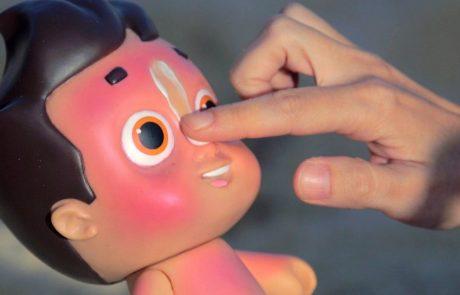 הכירו – הבובה שנשרפת אם לא מורחים עליה קרם הגנה
