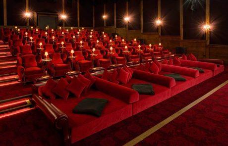 """איך בית קולנוע בלונדון פותר את בעיית ה""""בצוואר תפוס"""" בקניית כרטיסים לשורות הראשונות"""
