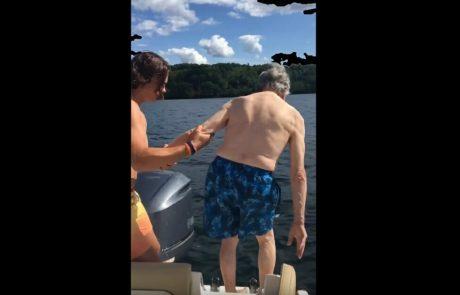 נכד מנסה ללמד את סבא שלו בן ה-102 לצלול – סרטון הקפיצה שלו יגרום לכם להתגלגל מצחוק