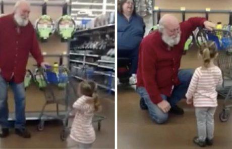 ילדה בטעות חושבת שאדם זקן במכולת הוא סנטה קלאוס- התגובה שלו הפכה לוויראלית