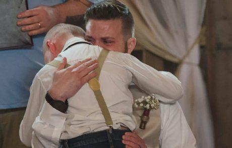 החתן פונה לבן החורג שלו בחתונה: אומר 6 מילים שגורמות לקהל שלם לבכות