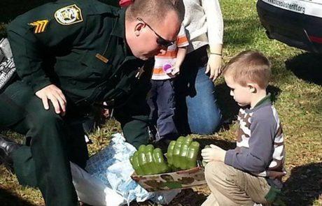איש לא הגיע ליום הולדתו של הילד האוטיסט עד ששוטרי המחוז הכינו לו הפתעה שלעולם לא ישכח!
