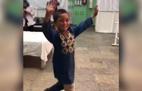 צפו בסרטון הויראלי המרגש שמציג ילד בן 5 רוקד בשמחה לאחר שקיבל רגל תותבת חדשה!