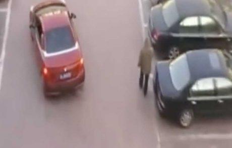 אדם גונב את מקום החניה שלה, והיא משיגה את הנקמה שלה בדרך גאונית