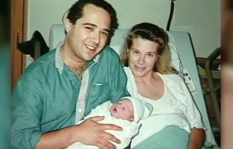 אימא ואבא מצלמים את התמונה המושלמת, ואז האחות רואה את פני התינוק…