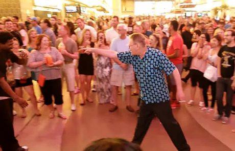 הסבא הזה הזמין את הרקדנים הצעירים לקרב ריקודים ולא תאמינו מה קרה אחר כך