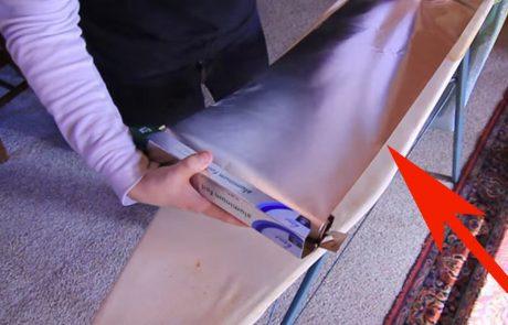 הוא מניח נייר אלומיניום על קרש גיהוץ וחושף את אחד מהטריקים הטובים ביותר שראינו!