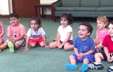 גננת בגן ילדים שרה לתלמידיה שיר. אבל ילד גונב את ההצגה בשמחתו המדבקת.