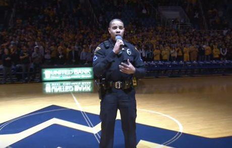 הזמרת לא הגיעה. אז קצין המשטרה הזה לקח את המיקרופון ופשוט ריגש את כולם בפירוש שלו להמנון הלאומי.