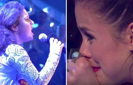 השופטים בהלם כאשר הילדה חושפת את בחירת השיר שלה, שניות אחר כך הדמעות זולגות