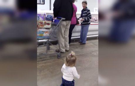 ראו כיצד הילדה הקטנה הזאת גורמת לכולם בסופרמרקט לחייך