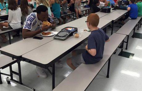 ילד אוכל לבדו ארוחת צהריים כל יום – ואז אמו רואה את התמונה הזו ומתחילה לבכות