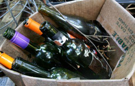 היא מרימה בקבוקי יין ריקים מהאשפה ושניות אחר כך…לא תאמינו מה היא עשתה!